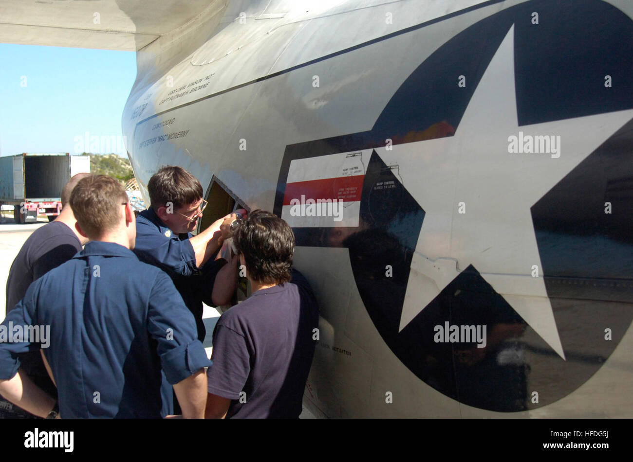 GUANTANAMO BAY, Cuba – Navy Chief Petty Officer Robert Hofman repairs a ramp lock actuator bracket on a C-2 Greyhound Stock Photo