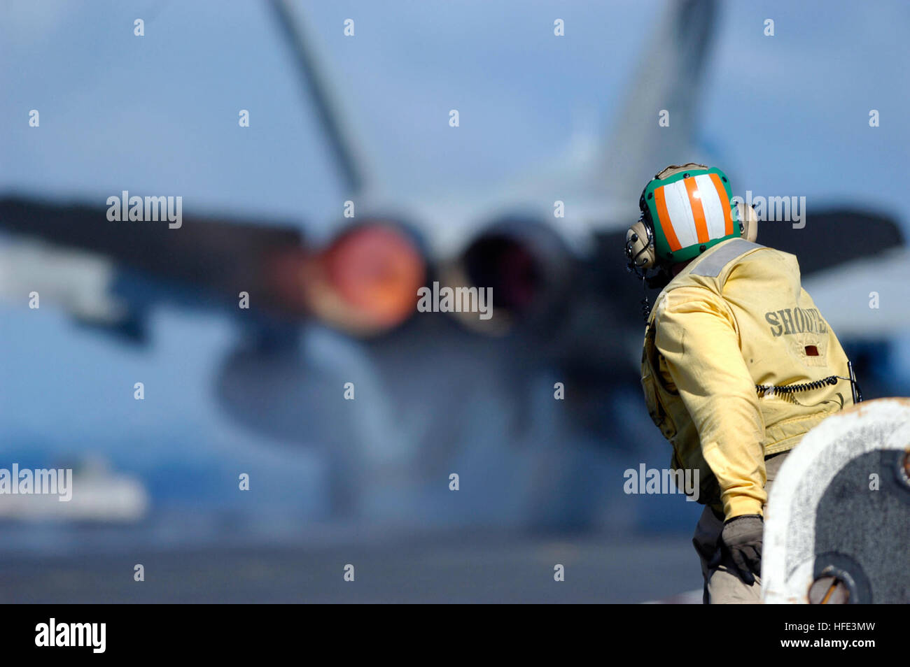 040828-N-5781F-167 Pacific Ocean (Aug. 28, 2004) - A catapult shooter launches an F/A-18C Hornet off the bow of - Stock Image