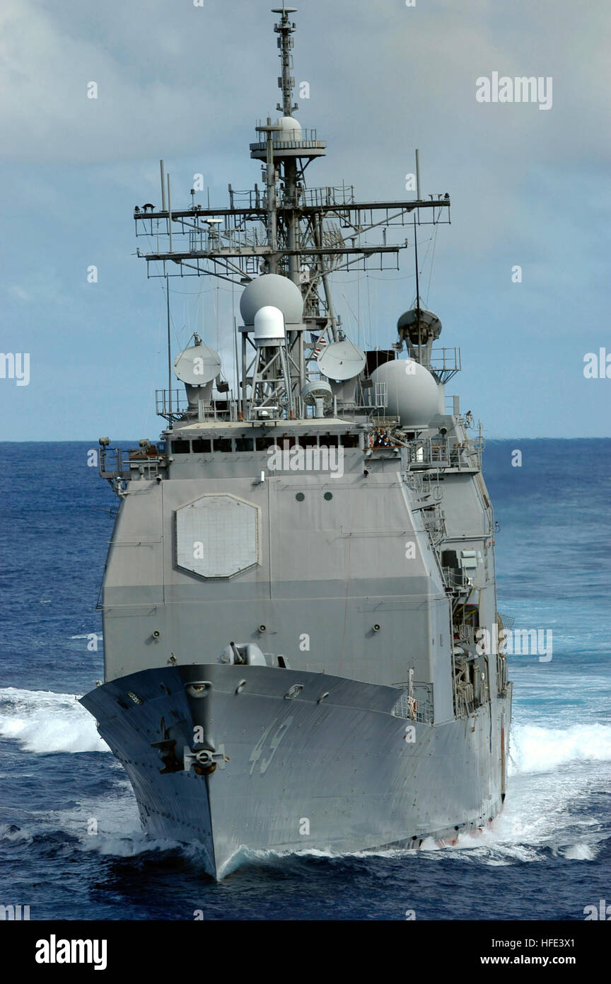 040904-N-5781F-235  Pacific Ocean (Sept. 4, 2004) Ð The Ticonderoga-class cruiser USS Vincennes (CG 49) prepares - Stock Image