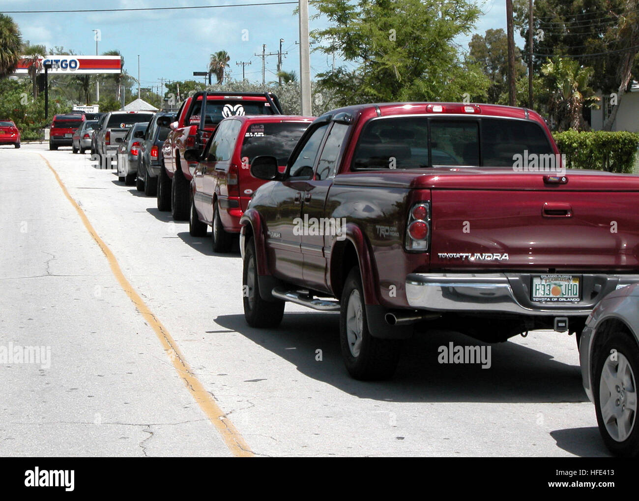 040909-N-9246W-007 Naval Air Station Key West, Fla. (Sep. 9, 2004) - A line of motorists wait for their turn to Stock Photo