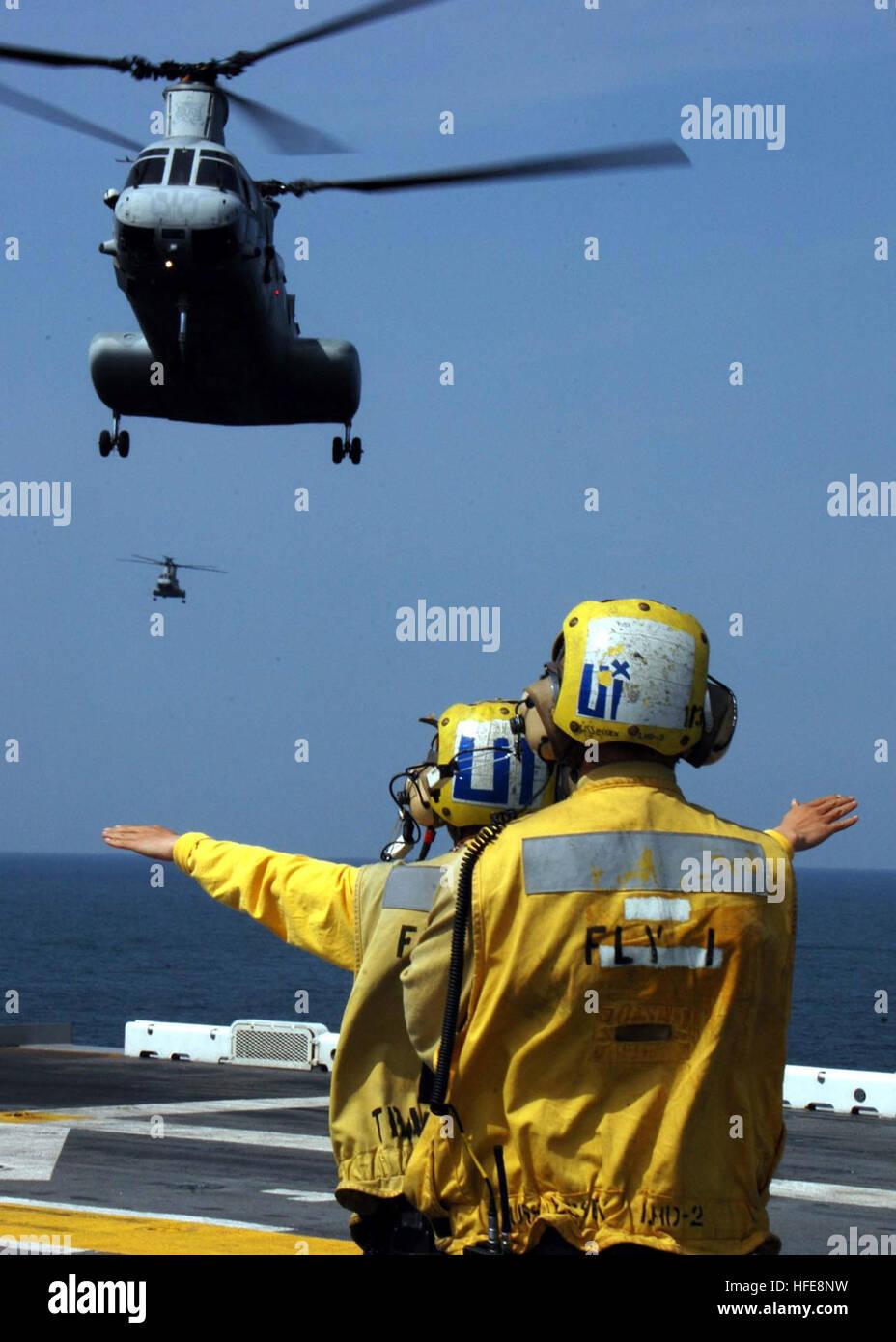 050121-N-8801B-003 Straits of Malacca (Jan. 21, 2005) - Aviation Boatswain's Mate Airman Allen M. Cameron, foreground, - Stock Image
