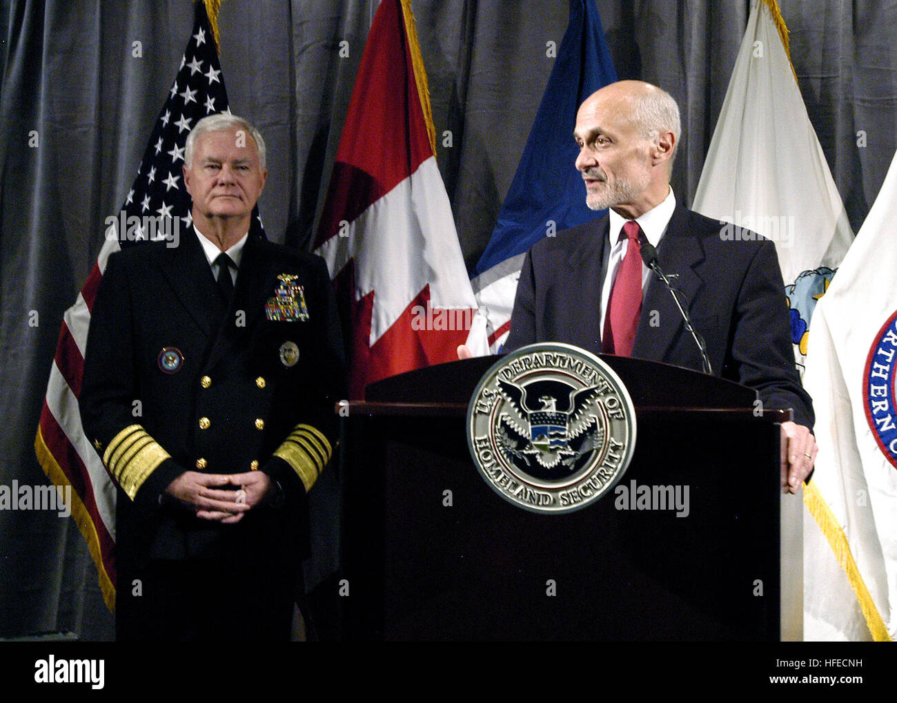 050506-N-2227W-002 Colorado Springs, Colo. (May 6, 2005) - Homeland Security Secretary Michael Chertoff talks with - Stock Image