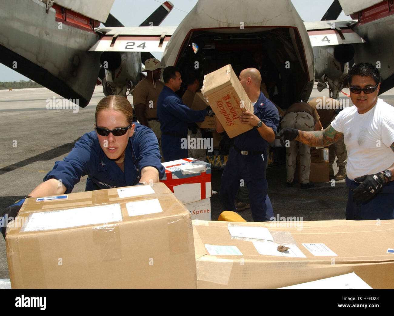 050516-N-3494S-059 Bahrain (May 16, 2005) Ð Sailors assigned to the Carl Vinson Carrier Strike load a C-2 Greyhound - Stock Image