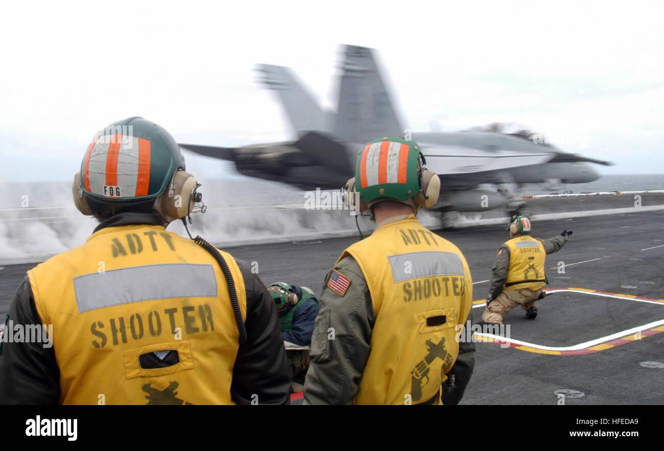 050521-N-2193M-004 Atlantic Ocean (May 21, 2005) Ð Lt. Scott Kramarik, right, launches a F/A-18D Hornet, assigned - Stock Image