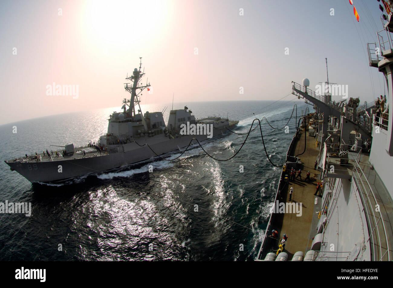 050604-N-4309A-058 Persian Gulf (June 4, 2005) – The Arleigh Burke-class destroyer USS Mustin (DDG 89) cruises alongside - Stock Image