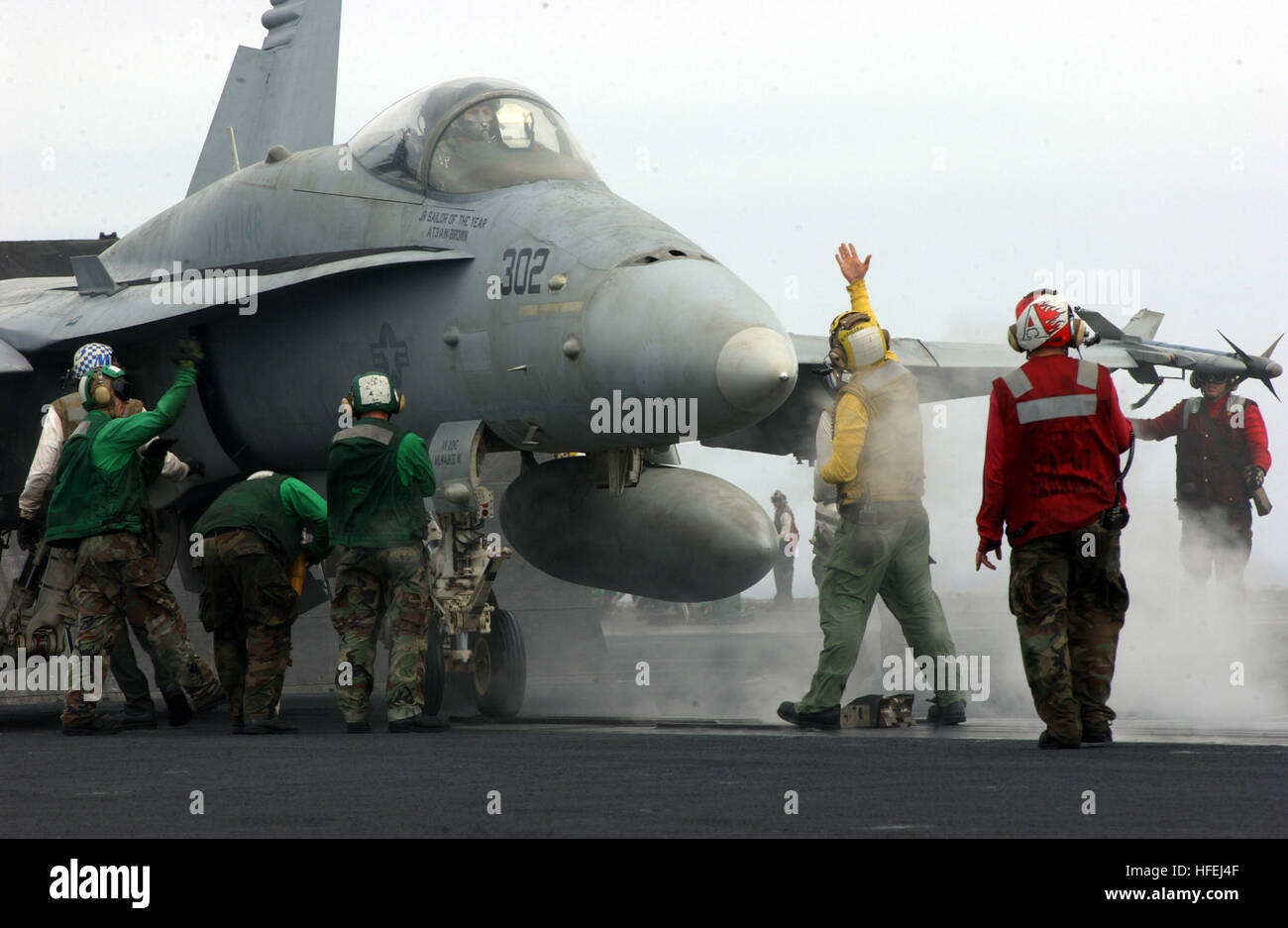030403-N-0905V-040 Pacific Ocean (Apr. 3, 2003) -- An aircraft director signals the pilot of an F/A-18C Hornet assigned - Stock Image