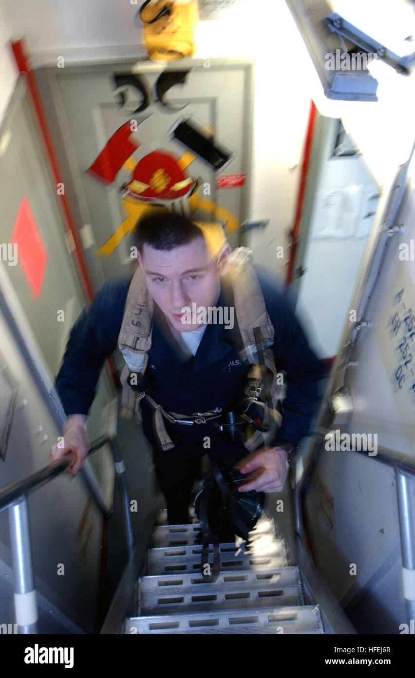 030407-N-4953E-016 The Mediterranean Sea (Apr. 7, 2003) -- Fireman Jesse Dole runs out of the aft Damage Control - Stock Image