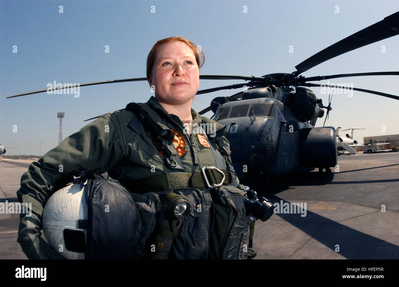 030929-N-4943L-001  Manama, Bahrain (Sept. 29, 2003) -- Lt. Bibianna Danko stands in front of an MH-53E Sea Dragon - Stock Image