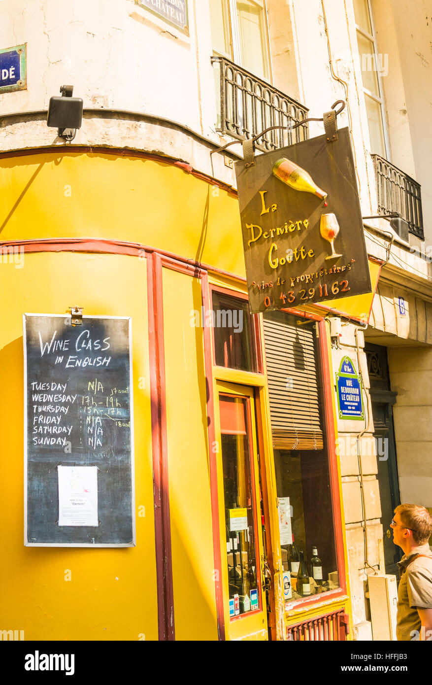 sign showing time and date of wine classes hold in english outside of wineshop la derrniere goutte - Stock Image
