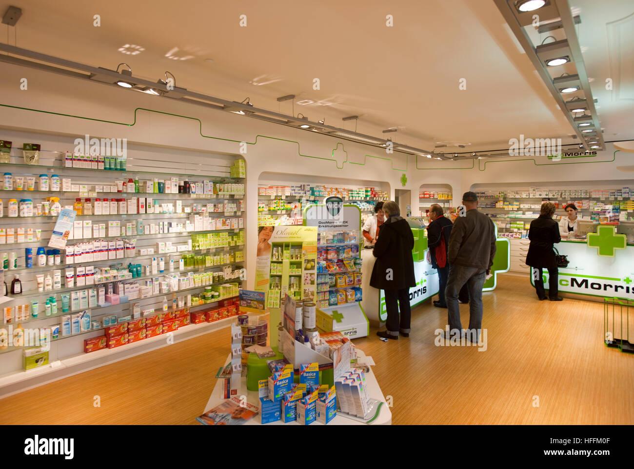 Deutschland, Nordrhein-Westfalen, Euskirchen, Doc-Morris-Apotheke in der Fussgängerzone Neustrasse - Stock Image