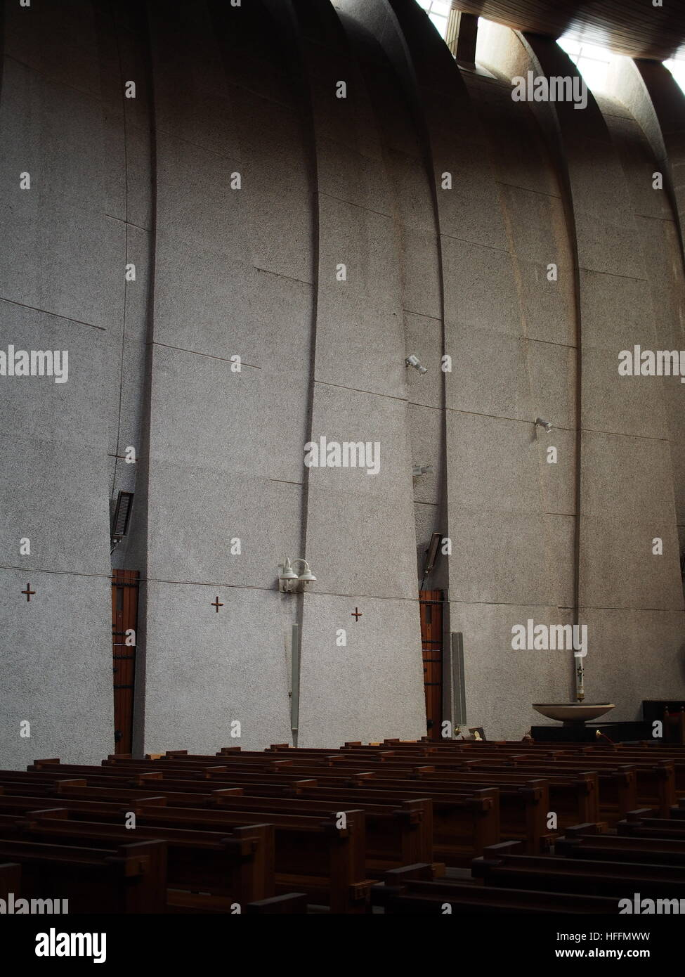 Curved concrete wall of modernist church - Stock Image