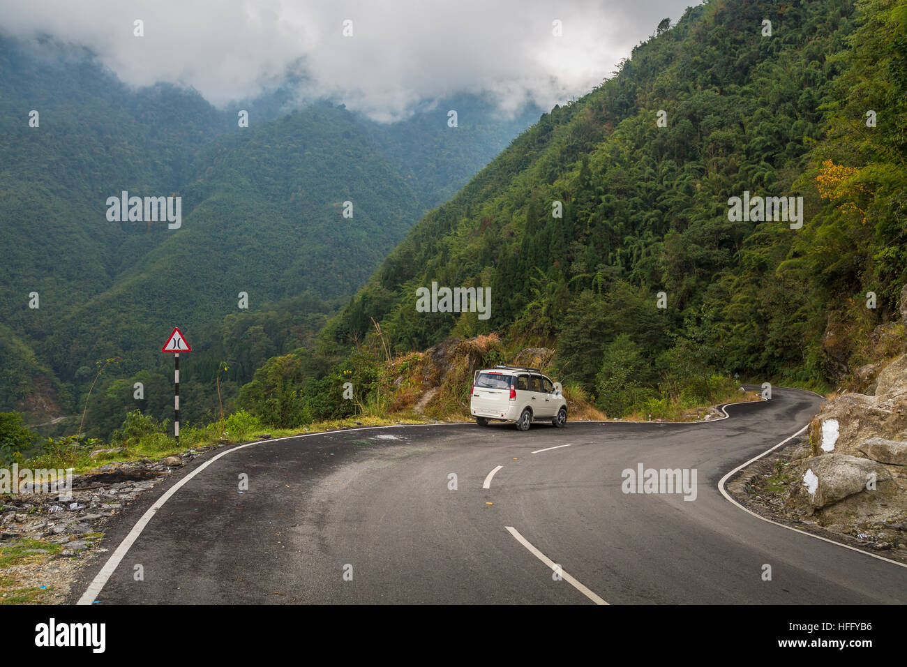 Foggy Himalayan mountain road from Gangtok to Chungthang, North Sikkim, India. - Stock Image