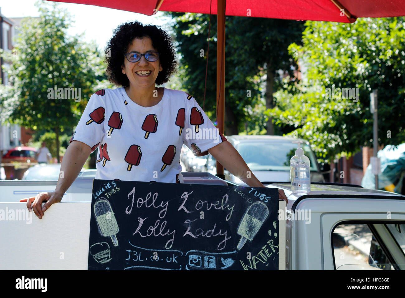 The Jolly Lovely Lolly Lady, selling delicious at the top of Parliament Hill on a hot August day - Stock Image