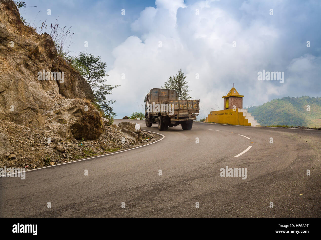 Truck travels through a Himalayan mountain road from Lachung to Chungthang Sikkim, India - Stock Image