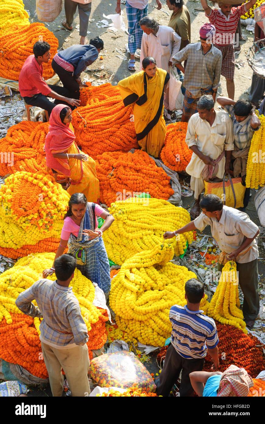 Kolkata (Calcutta, Kalkutta): Flower Market at the Rabindra Setu (Rabindra Bridge, formerly: Haora Bridge, Howrah - Stock Image
