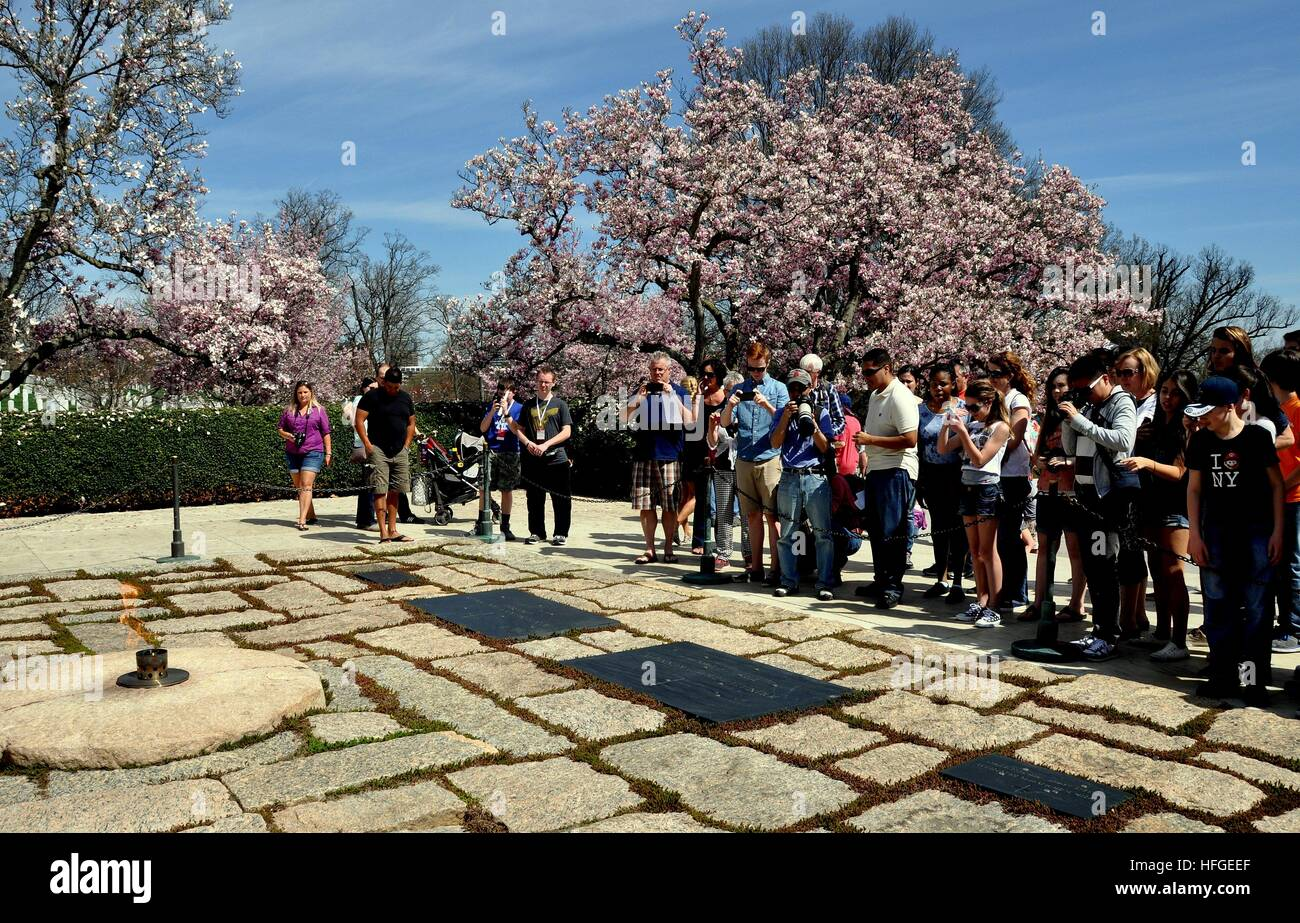 Arlington, Virginia: Tourists snapping photos at the gravesites ofJohn F. Kennedy, Jacqueline Kennedy Onassis, and - Stock Image