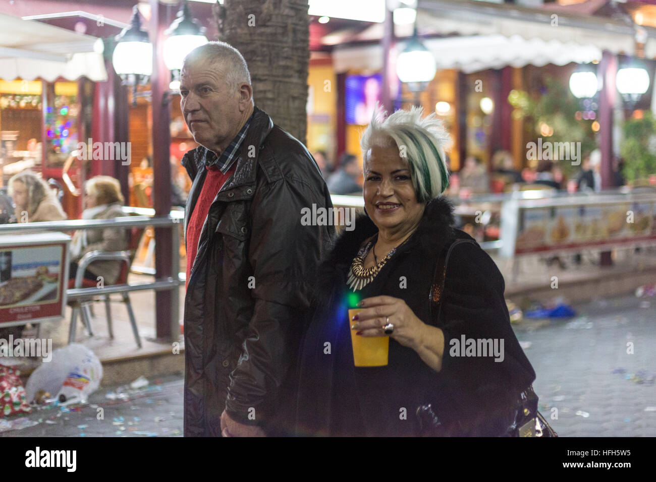 Benidorm, Spain. 31st December, 2016. Tourists and locals enjoy the music and dancing on the promenade and beach.Middle - Stock Photo