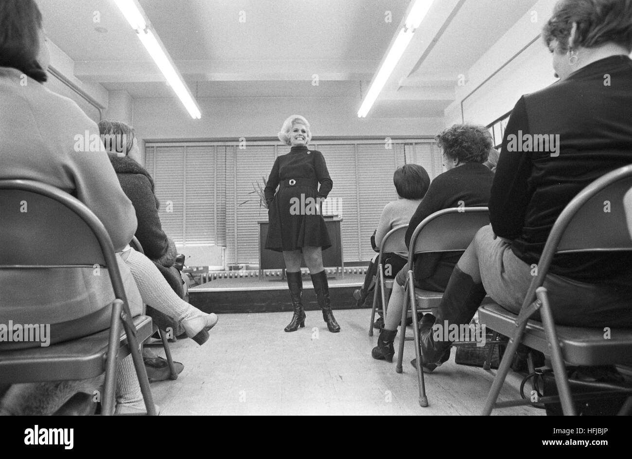 Jean Nidetch, cofounder of Weight Watchers, speaking to a small audience in 1969 - Stock Image