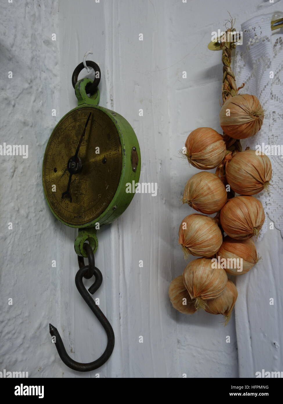Vintage Hanging Scales and a string of onions - Stock Image
