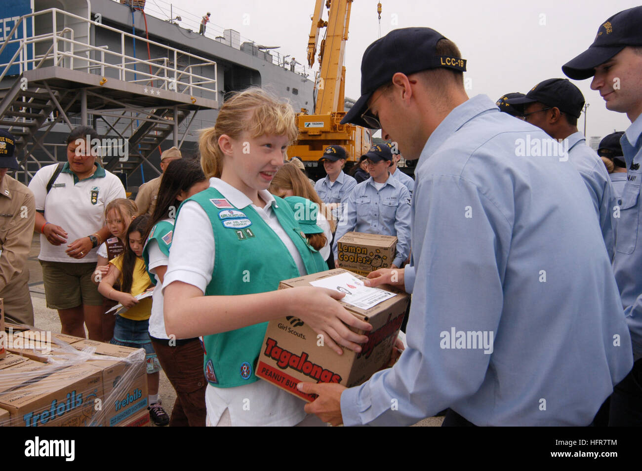 060615-N-5334H-097 Yokosuka, Japan (June 15, 2006) Ð A member of Girl Scout Junior Troop 71 personally delivers - Stock Image