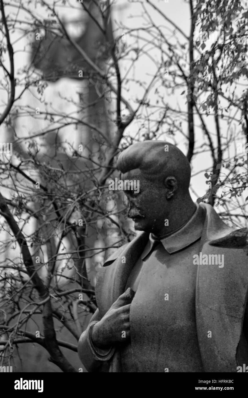 The broken statue of Stalin in the Garden of Fallen Heroes, Moscow, Russia - Stock Image