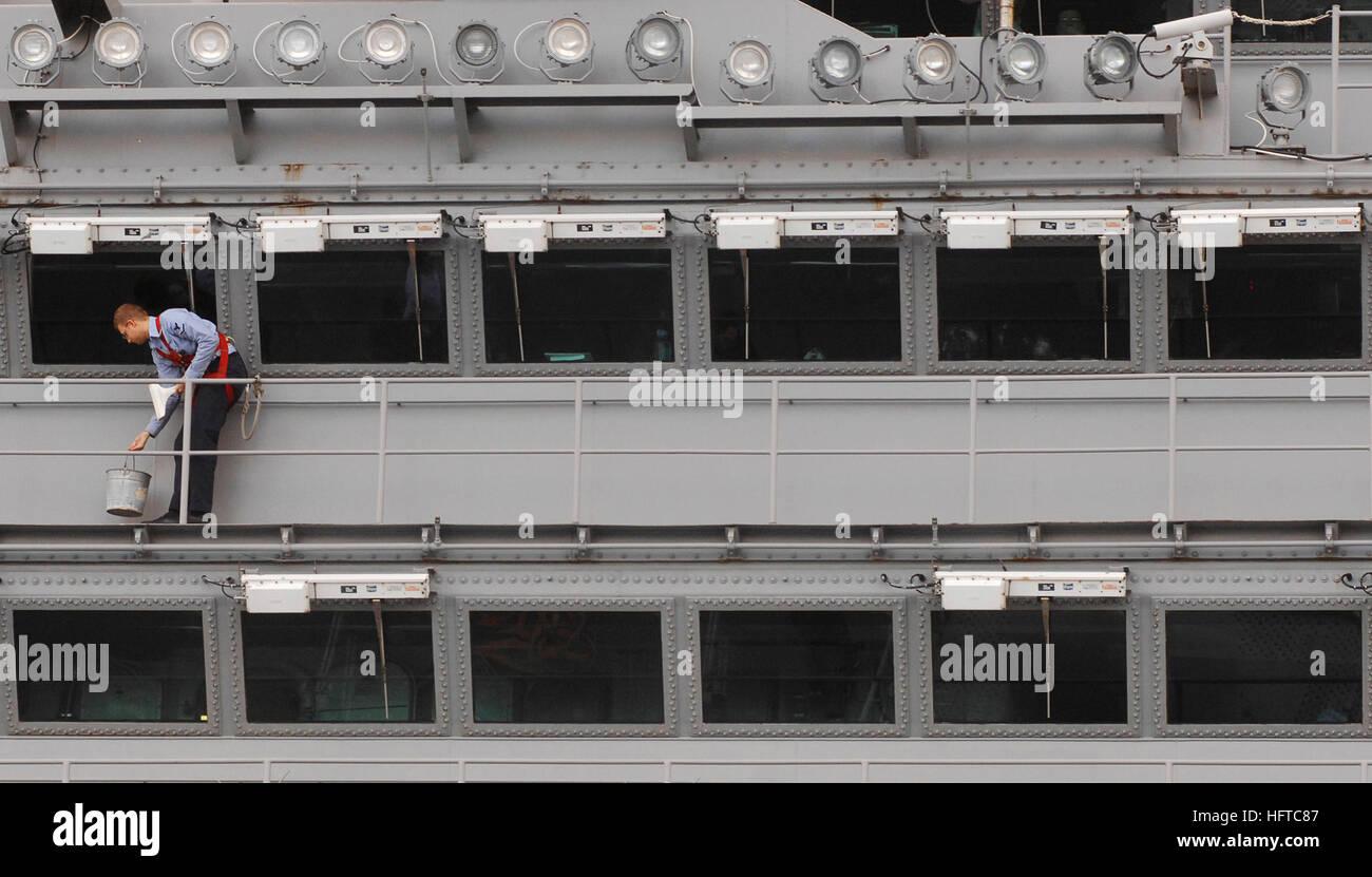 061221-N-5345W-035  Atlantic Ocean (Dec. 21, 2006) - Airman Brian Harris carefully cleans the windows on the island - Stock Image