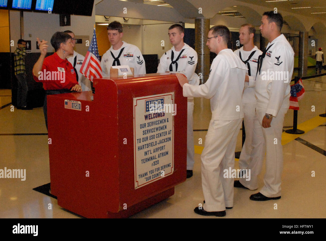 101012-N-6736S-006 ATLANTA (Oct. 12, 2010) USO volunteer Pat Horvath instructs Sailors from the guided-missile submarine - Stock Image