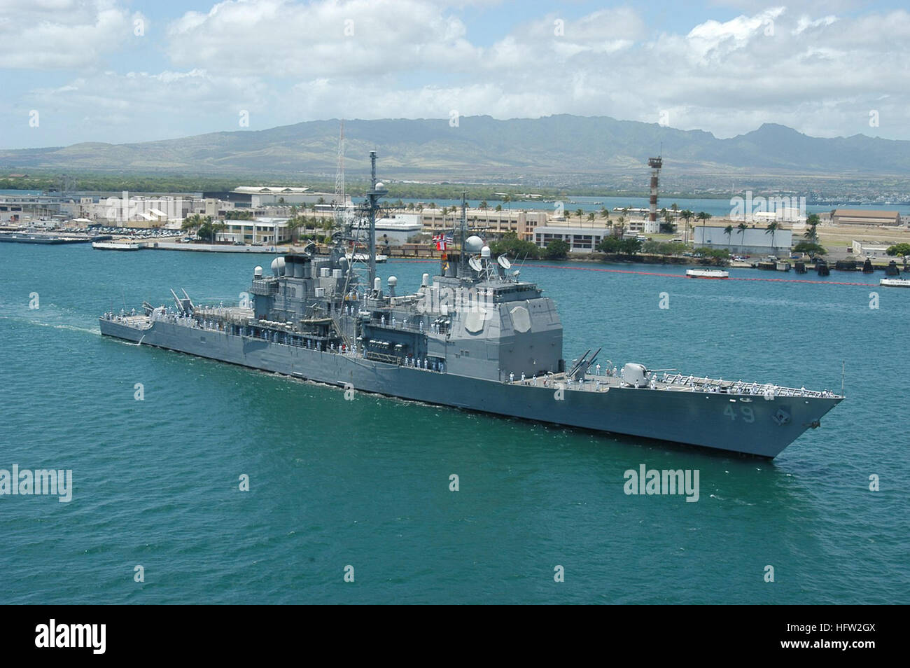 050415-N-8157F-104 Pearl Harbor, Hawaii (April 15, 2005)...The USS Vincennes(CG 49) passes Ford Island as it arrives - Stock Image