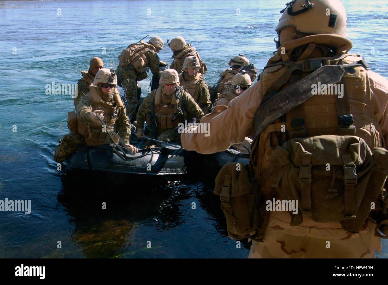 080106-N-8135W-240 HADITHA, Iraq (Jan. 6, 2007) Sailors attached to Riverine Squadron (RIVRON) 2 Detachment 3 come - Stock Image