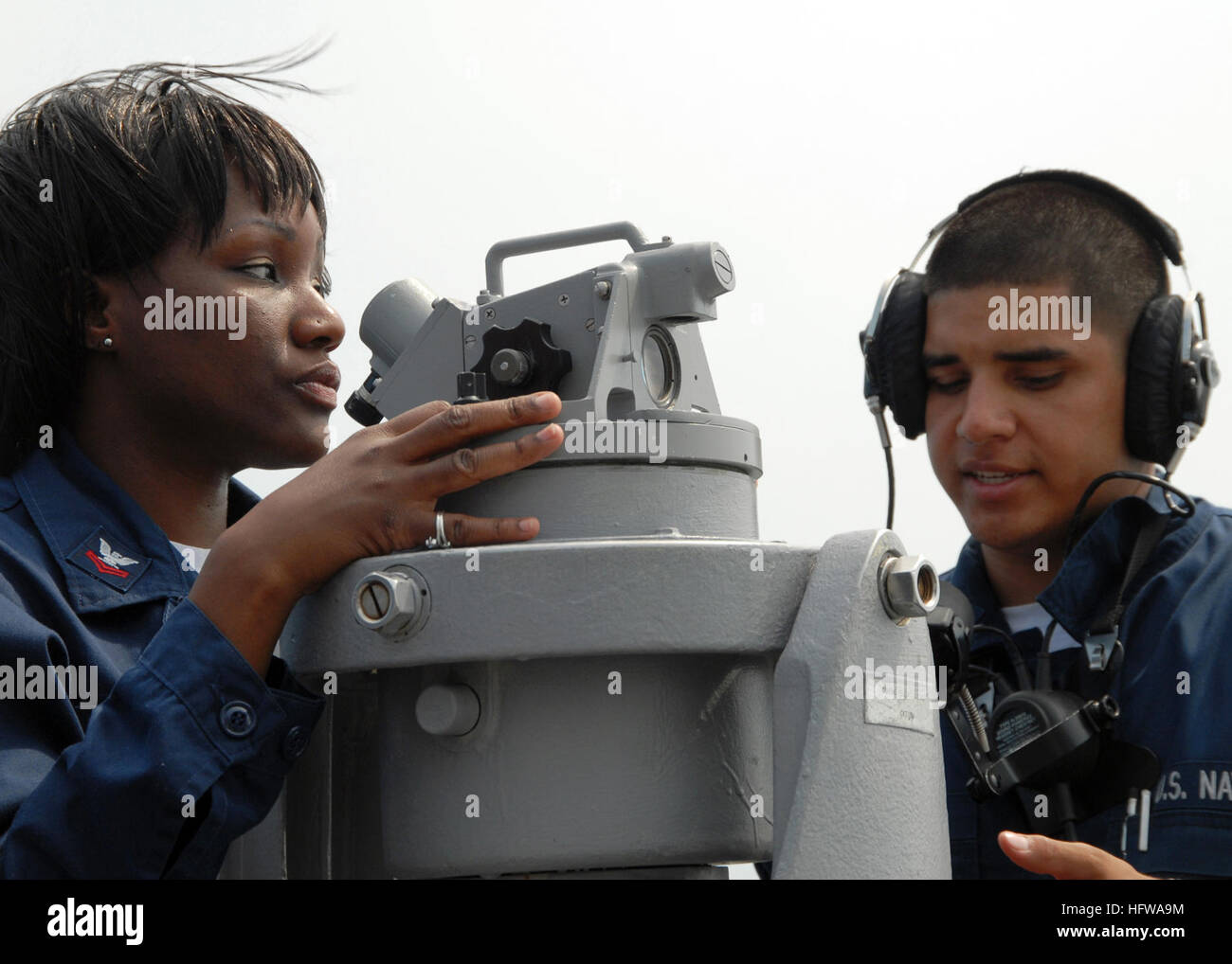 080708-N-9134V-010 ATLANTIC OCEAN (July 8, 2008) Quartermaster 3rd Class Perry Avila conducts on-the-job training - Stock Image