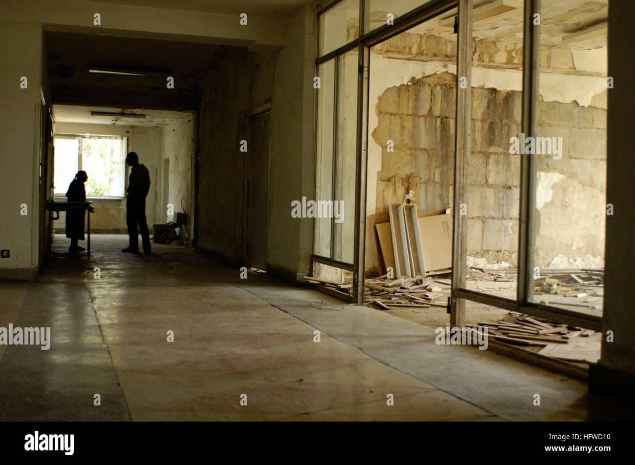 080828-F-0560B-007 TBILISI, Georgia (Aug. 28, 2008) A Georgian woman speaks with a man in a former military hospital - Stock Image
