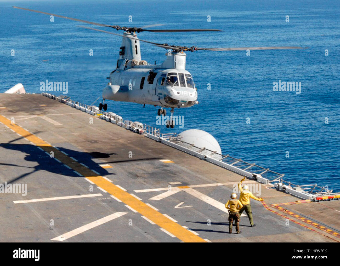 081008-N-9761H-186 PACIFIC OCEAN (Oct. 8, 2008) Aviation BoatswainÕs Mates direct a Marine Corps CH-46 Sea Knight Stock Photo