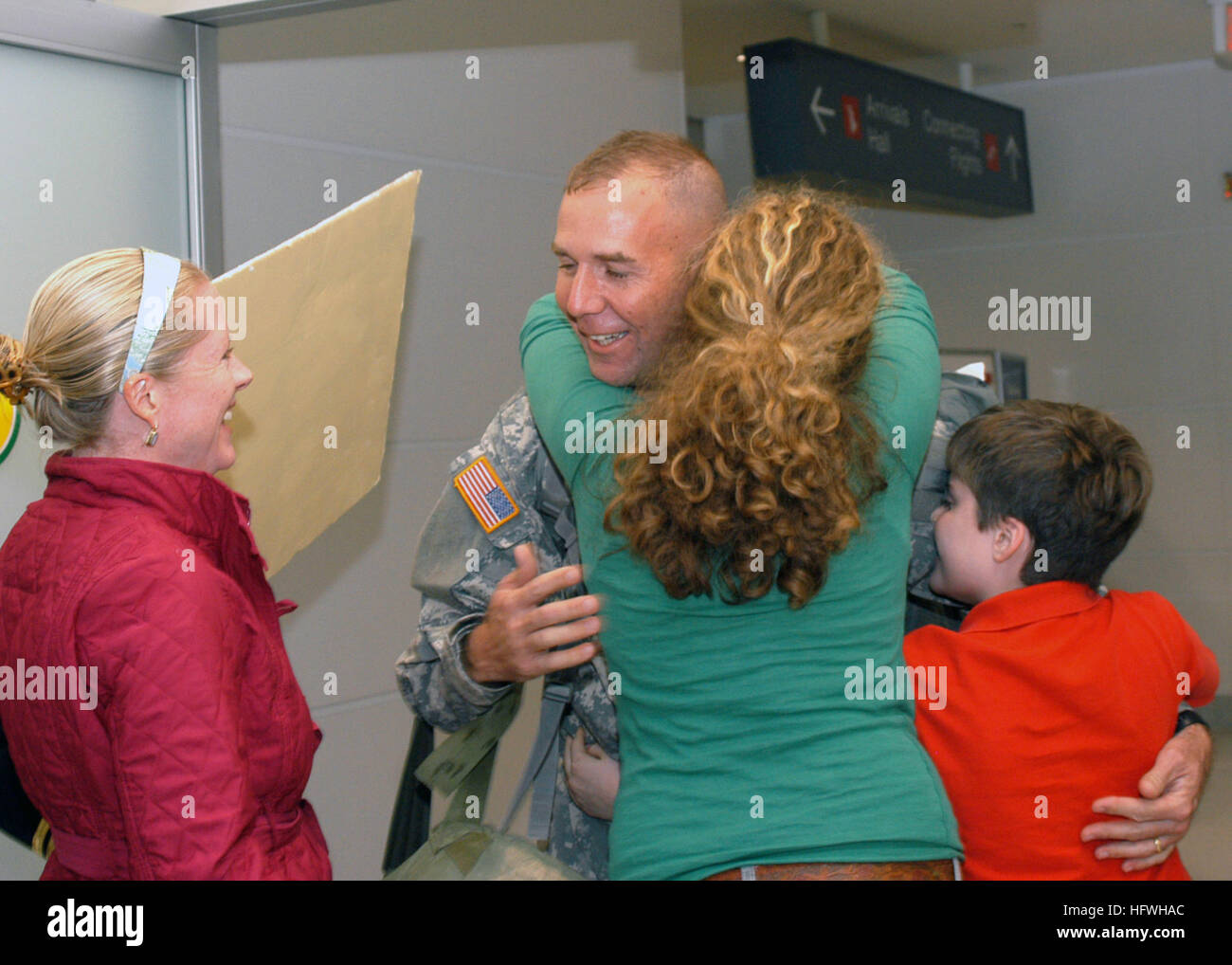 081113-N-2555T-033 BALTIMORE, Md. (Nov. 13, 2008) Cmdr. Greg Hilton, from Severna Park, Md., greets his family after - Stock Image