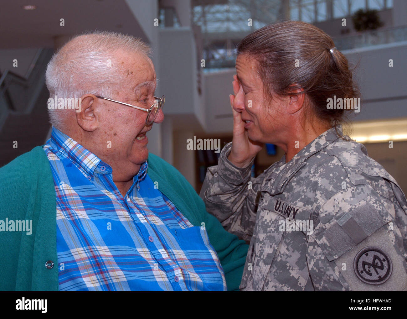 081113-N-2555T-046 BALTIMORE, Md. (Nov. 13, 2008) Chief Storekeeper Marie Toffolo cries as she is greeted by her - Stock Image