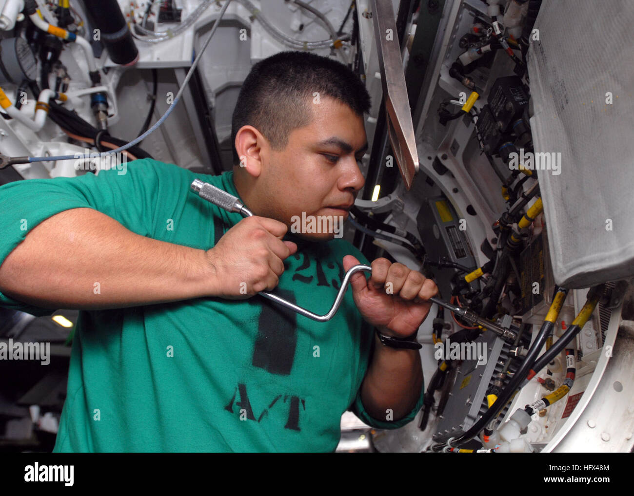 090113-N-2456S-006 GULF OF OMAN (Jan. 13, 2009) Aviation Electronics Technician Airman William Vasquez, assigned - Stock Image