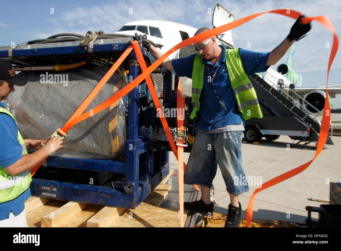 090608-N-3404S-046 DULLES, Va. (June 8, 2009) Mike King of DNL Cargo ties down a deep-sea cable June 8, 2009, at - Stock Image