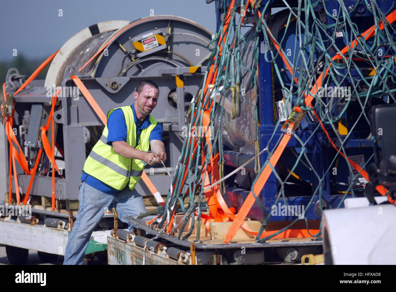 090608-N-3404S-306 DULLES, Va. (June 8, 2009)  Kevin Pollard ties down a 15,000-pound undersea cable for transportation - Stock Image