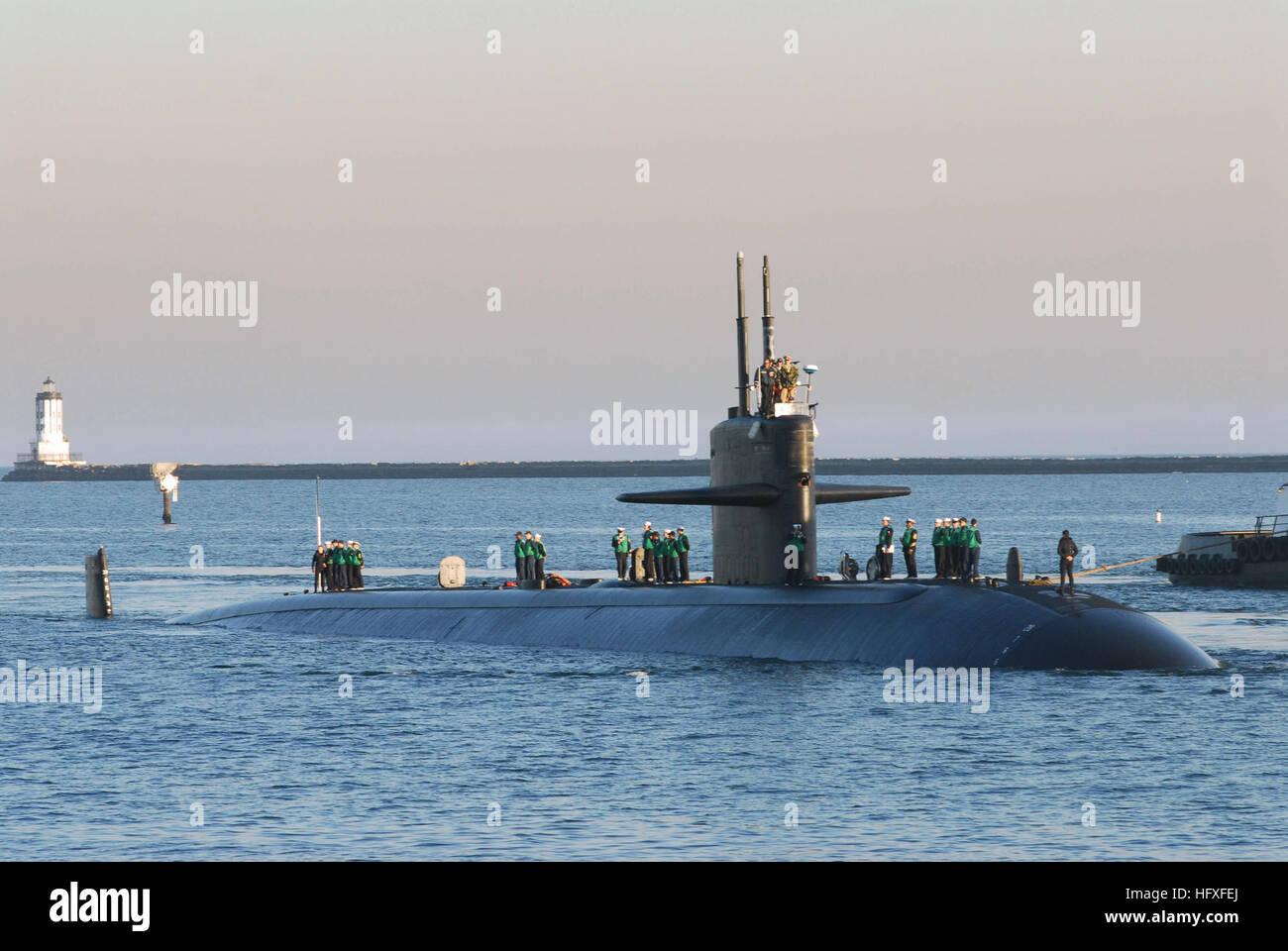 061207-N-6536T-045 San Pedro, Calif. (Dec. 7, 2006) - The fast attack submarine USS Los Angeles (SSN 688) pulls - Stock Image