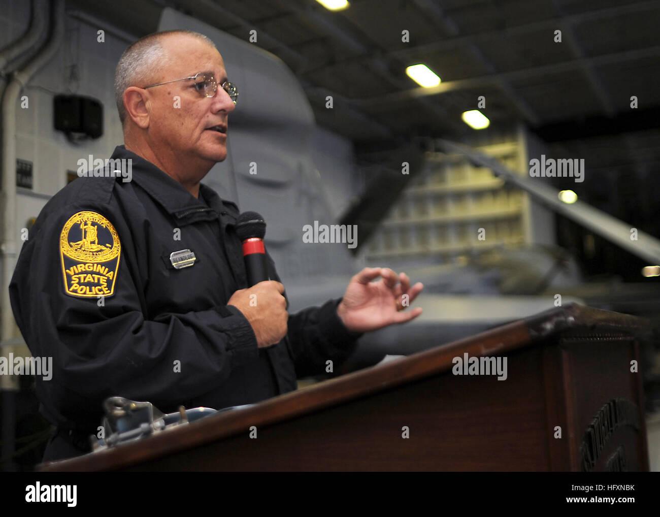 090722-N-9988F-054  ATLANTIC OCEAN (July 22, 2009) Virginia State Trooper Jim Reynolds speaks to the crew of the - Stock Image