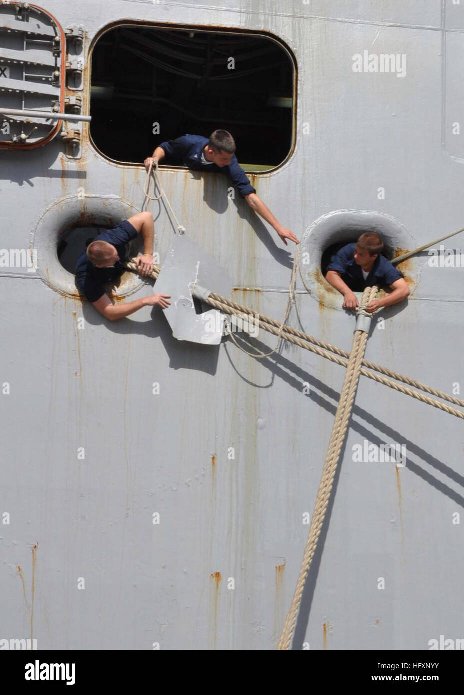 100804-N-6566M-015 GUANTANAMO BAY, Cuba (Aug. 4, 2010) Sailors aboard the amphibious assault ship USS Iwo Jima (LHD Stock Photo