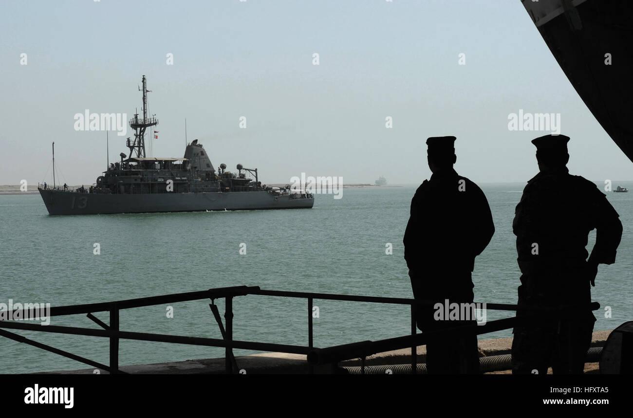 090929-N-7088A-102 UMM QASR, Iraq (Sept. 29, 2009) Two Iraqi navy sailors watch as the mine countermeasures ship - Stock Image
