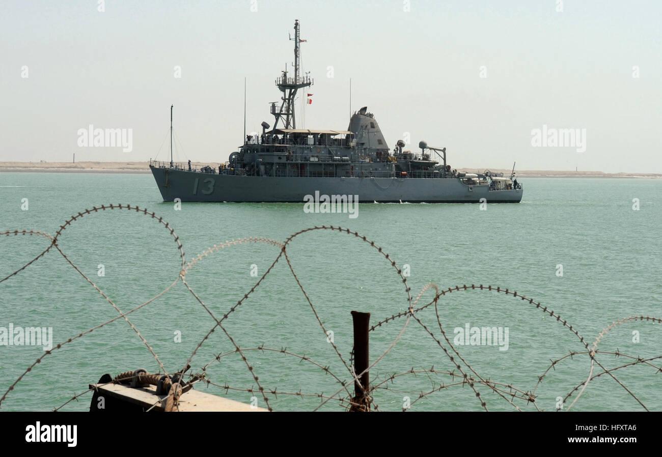 090929-N-7088A-104  UMM QASR, Iraq (Sept. 29, 2009) The mine countermeasures ship USS Dextrous (MCM 13) approaches - Stock Image