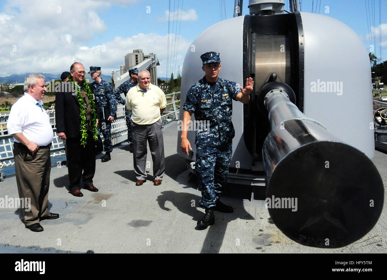 100426-N-7498L-144 PEARL HARBOR (April 26, 2010) Ensign Ray Miller IV gives a tour to Medal of Honor recipients aboard the guided-missile frigate USS Crommelin (FFG 37). Medal of Honor recipients Sgt. Maj. Kenneth E. Stumpf, Sgt. Maj. Allen J. Kellogg and Col. Donald E. Ballard are touring the western Pacific Region to talk to troops and to promote the book that reveals stories of many of the Medal of Honor recipients. (U.S. Navy photo by Mass Communication Specialist 2nd Class Mark Logico/Released) US Navy 100426-N-7498L-144 Ensign Ray Miller IV gives a tour to Medal of Honor recipients aboar Stock Photo