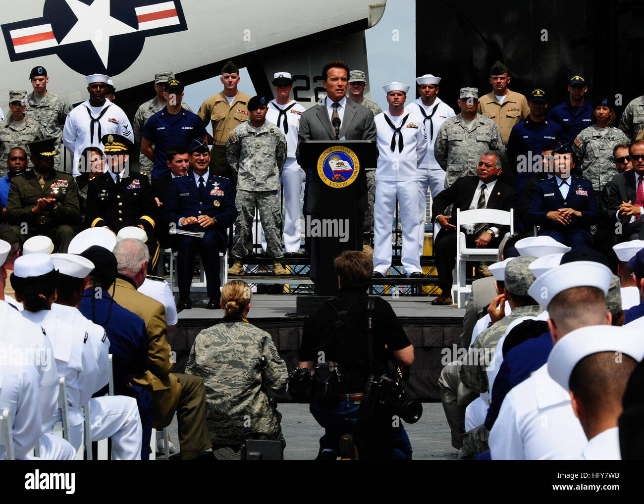 100603-N-8607R-071 SAN DIEGO (June 3, 2010) California Governor Arnold Schwarzenegger addresses veterans aboard - Stock Image