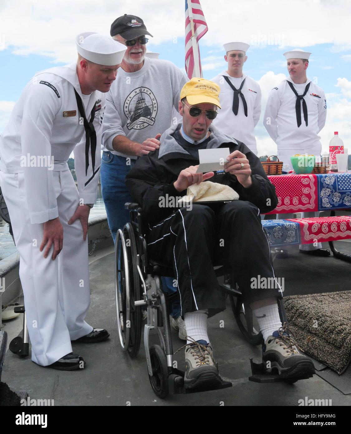 100702-N-6869S-023 BREMERTON, Wash. (July 2, 2010) Retired Capt. Brad Johanson, center, the former commanding officer - Stock Image