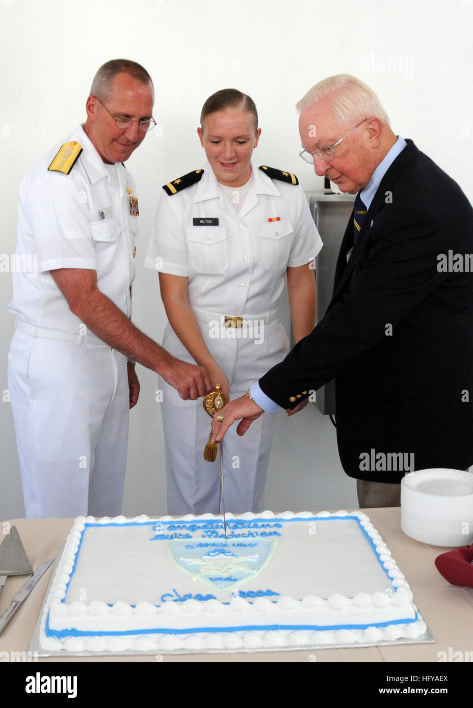 100716-N-0569T-098 SAN DIEGO (July 16, 2010) Ensign Anna Joy Hilton, center, Honor Graduate, cuts the cake at the - Stock Image