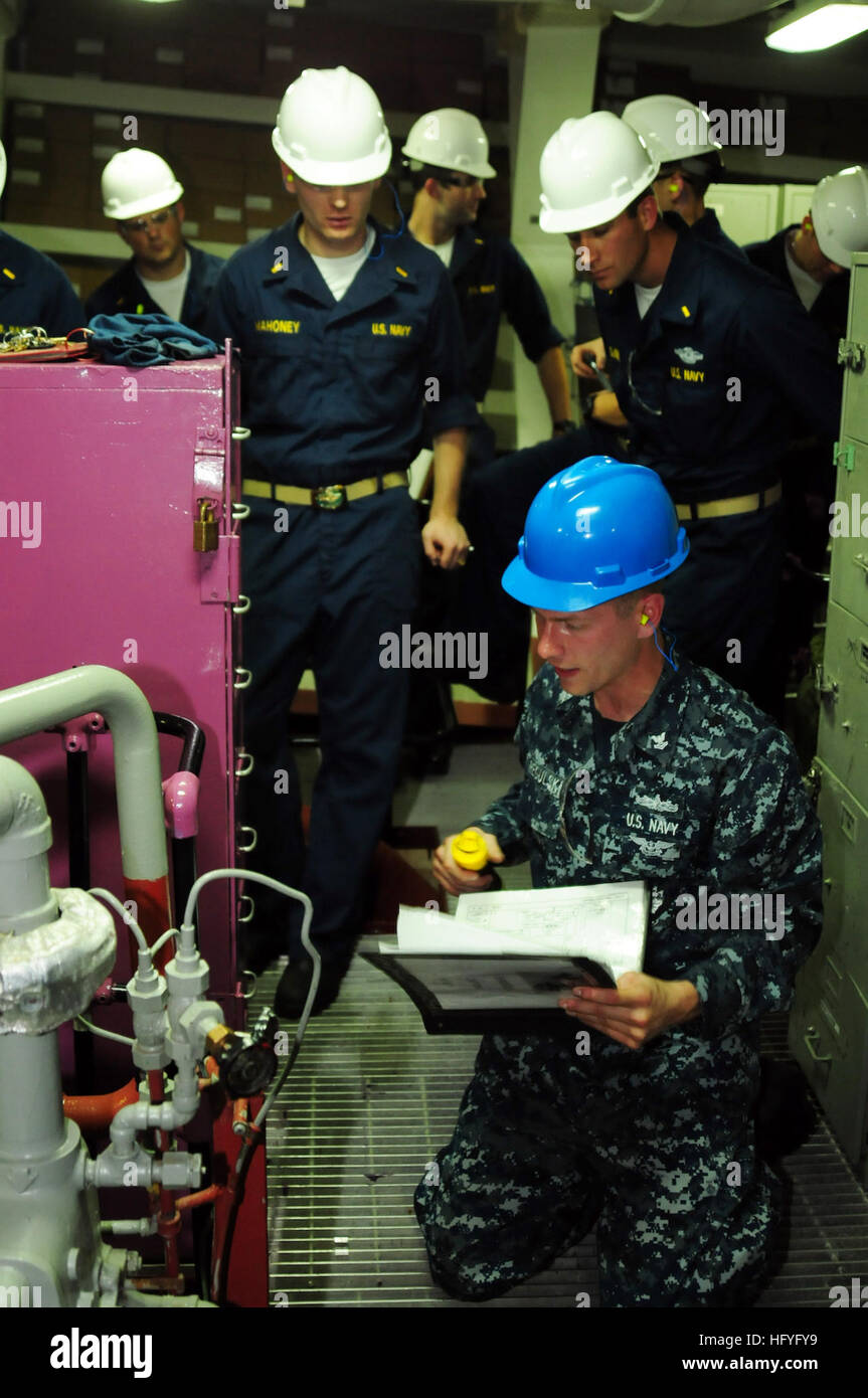 Officers assigned to the Surface Warfare Officer School visit the Wasp-class amphibious assault ship USS Bonhomme - Stock Image