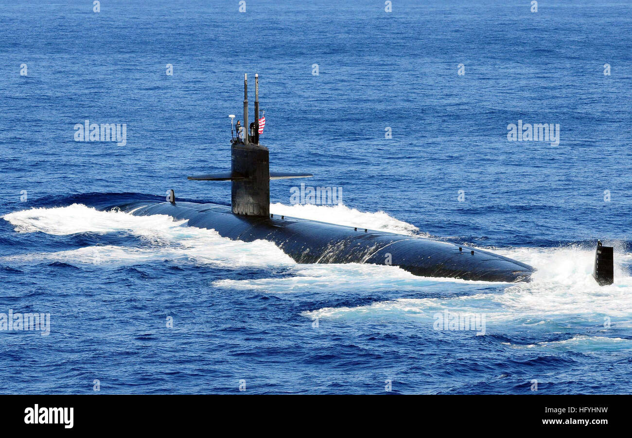 101210-N-5538K-056  PACIFIC OCEAN (Dec. 10, 2010) The Los Angeles-class attack submarine USS Houston (SSN 713) takes Stock Photo