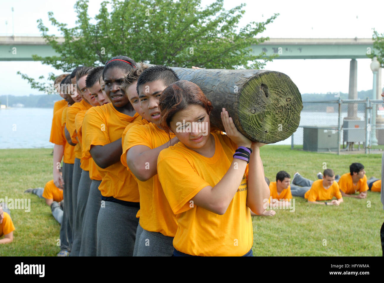 110622-N-AC575-002 ANNAPOLIS, Md. (June 22, 2011) High school students participate in log PT during the 2011 Summer Stock Photo