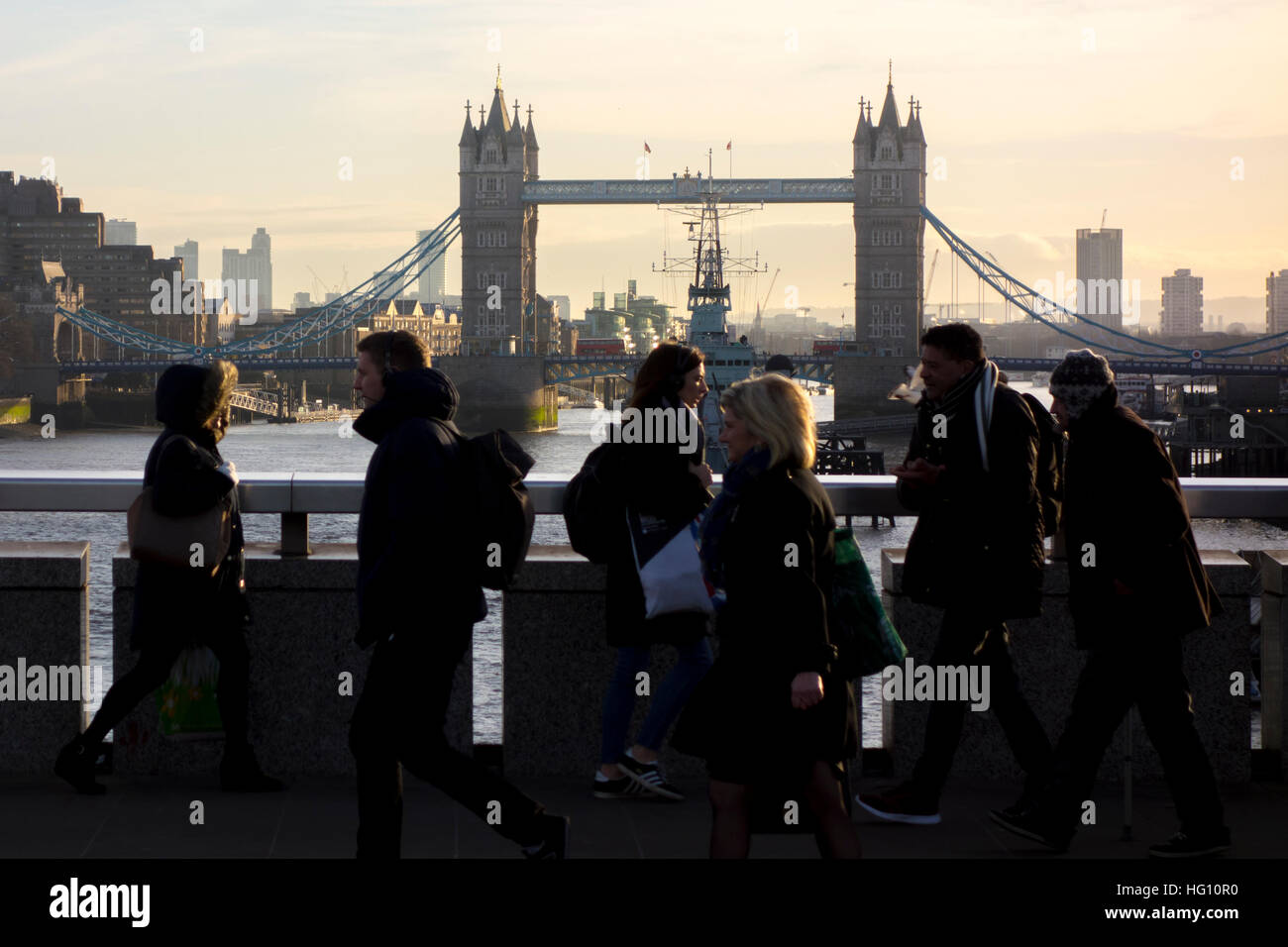 London, UK. 3rd Jan, 2017. Commuters in London head back to work over London Bridge this morning after the Christmas - Stock Image